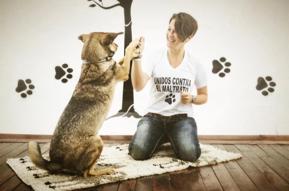 Lorena Aguilar posa junto a su perrito para Animal Love. (Foto: Maribel Cabrera)
