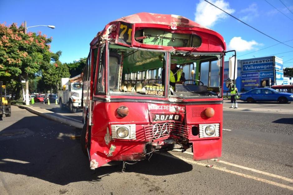 El piloto de un bus de la ruta que conduce a Pamplona fue atacado a balazos y perdió el control del autobús. (Foto: Jesús Alfonso/Soy502)