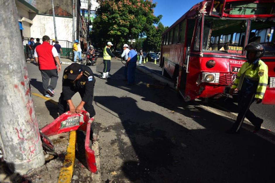Retiran el autobus que fue atacado en la zona 13 capitalina, en donde el piloto resultó herido por arma de fuego. (Foto: Jesús Alfonso)