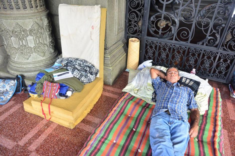 Carlos Hernández se instaló en las afueras del Palacio Nacional de la Cultura en medida de protesta por no recibir atención médica en los Hospitales Públicos. (Foto: Jesús Alfonso/Soy502)