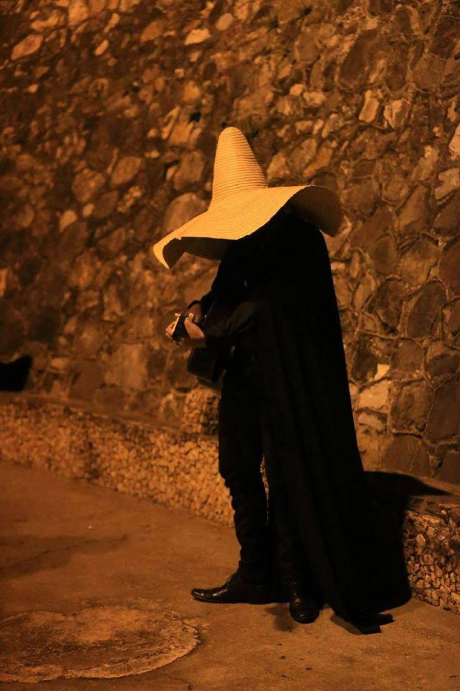 El Sombrerón se enamora de las hermosas mujeres. (Fotos: Peter Agustín y Héctor Gómez)