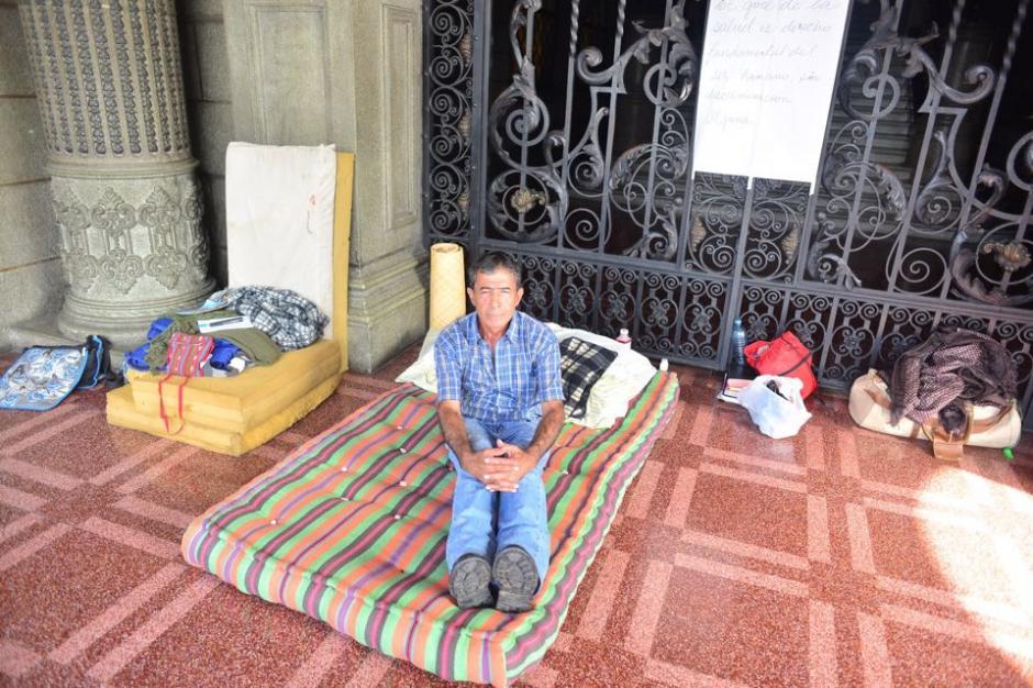 Frente al ingreso al Palacio Nacional de la Cultura se encuentra Carlos Hernández en huelga de hambre por no recibir atención médica en los hospitales públicos. (Foto: Jesús Alfonso/Soy502)