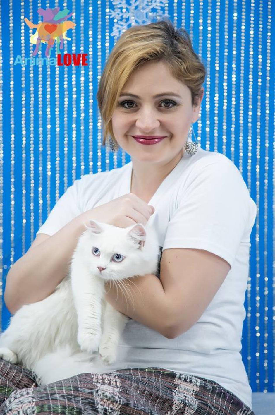 Magda Angélica posa junto a su querida gatita. (Foto: Maribel Cabrera)