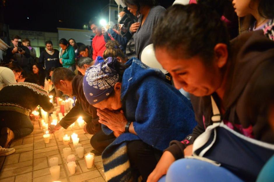 Las personas sobrevivientes encendieron velas con el nombre de sus seres queridos que murieron en el deslave y rezaron por ellos. (Foto: Jesús Alfonso/Soy502)