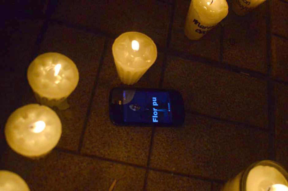 La familia Pu colocó un celular con el nombre de una de sus difuntos a la par de las velas. (Foto: Jesús Alfonso/Soy502)