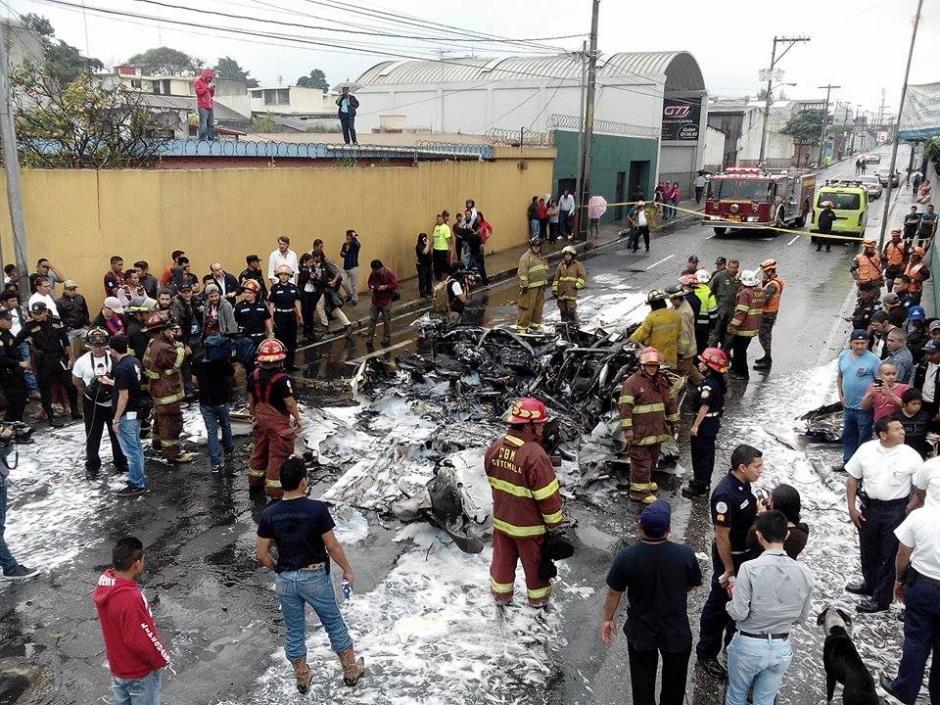 Curiosos se acercaron a ver el artilugio impactado en la 2 calle de la zona 13. (Foto: Alejandro Balán/Soy502)