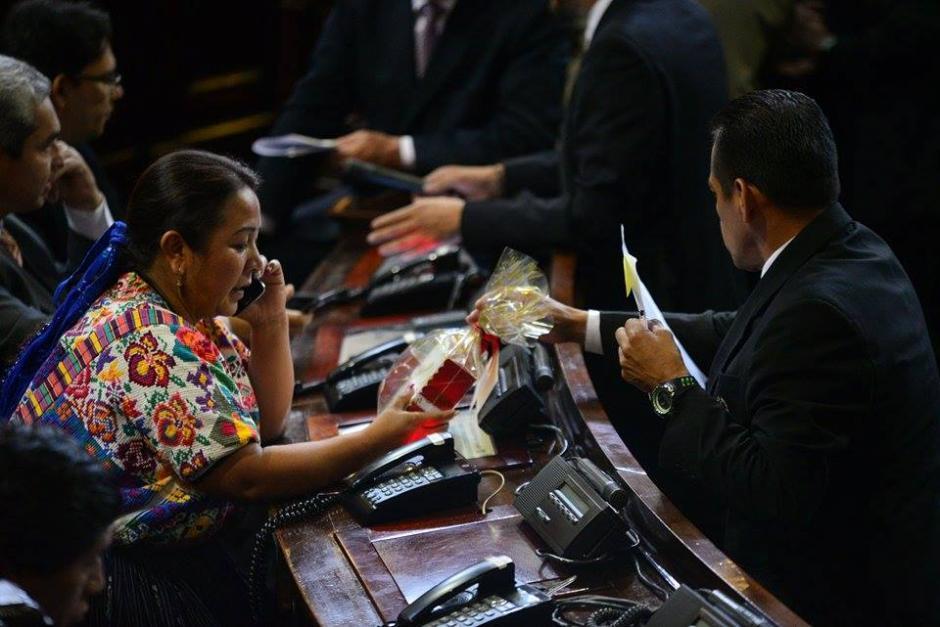 Una legisladora observa un regalo enviado por la diputada Delia Back. (Foto: Wilder López/Soy502)