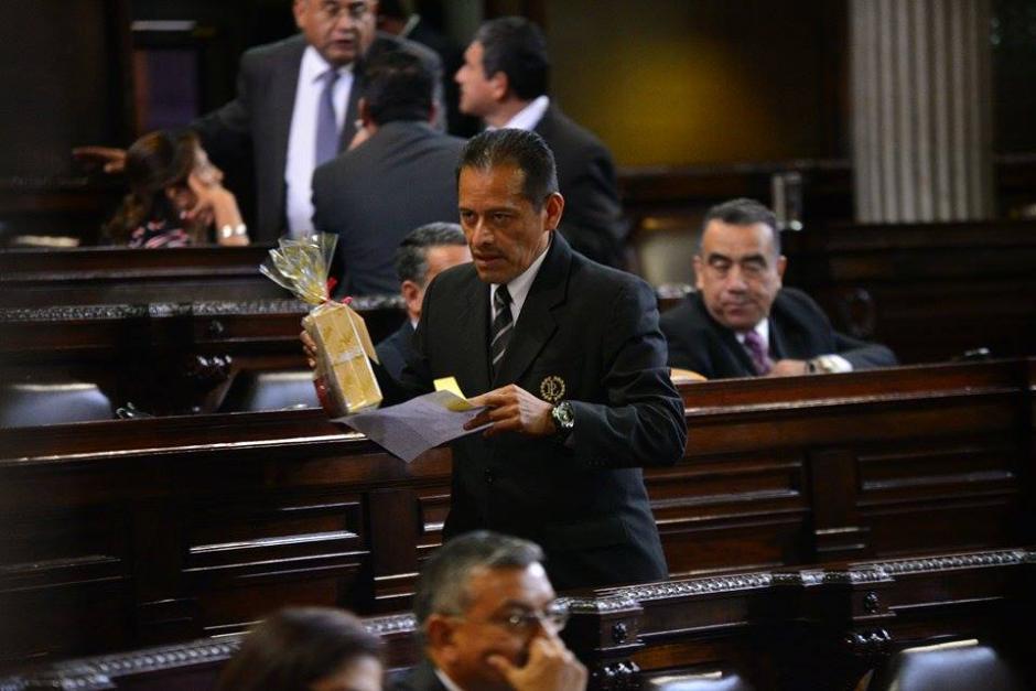 Un empleado del Palacio Legislativo hace entrega de los regalos enviados por la diputada Delia Back. (Foto: Wilder López/Soy502)