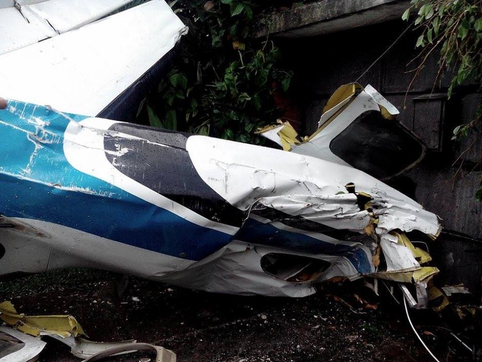 La cola de la avioneta impactada cayó en un residencial de la zona 13. (Foto: Alejandro Balán/Soy502)