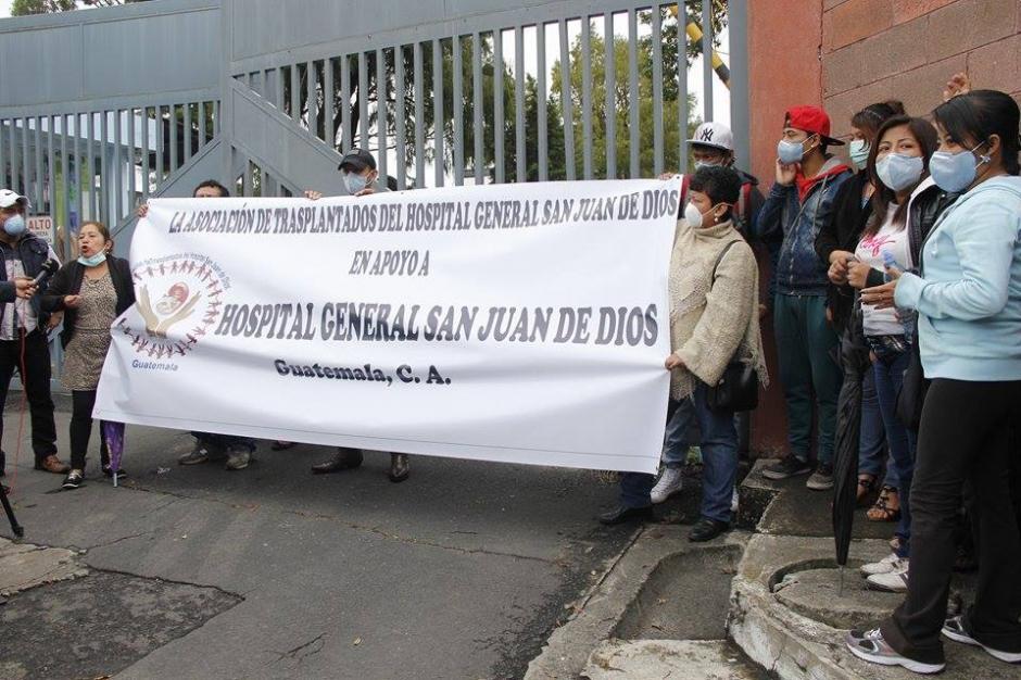 A consecuencia de la crisis en salud que afecta al país, médicos, pacientes y personal de salud realizan una marcha hacia el Congreso de la República y Casa Presidencial. (Foto: Jorge Sente/Soy502)