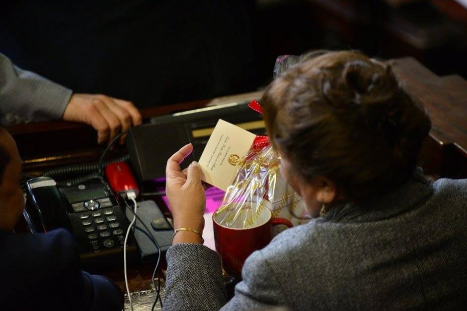 La diputada Delia Back envió un pequeño obsequio navideño a sus compañeros legisladores. (Foto: Wilder López/Soy502)