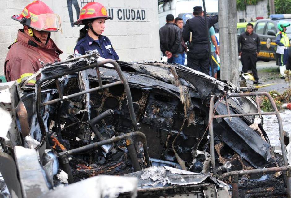 Bomberos Municipales y Voluntarios se coordinaron para sofocar las llamas y atender a los heridos. (Foto: Alejandro Balán/Soy502)
