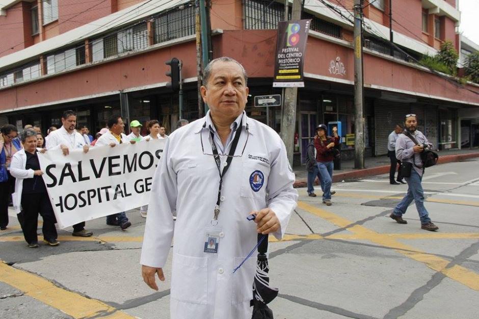 Personal médico sale a las calles a manifestar por la crisis en salud que afecta a los guatemaltecos. (Foto: Jorge Sente/Soy502)
