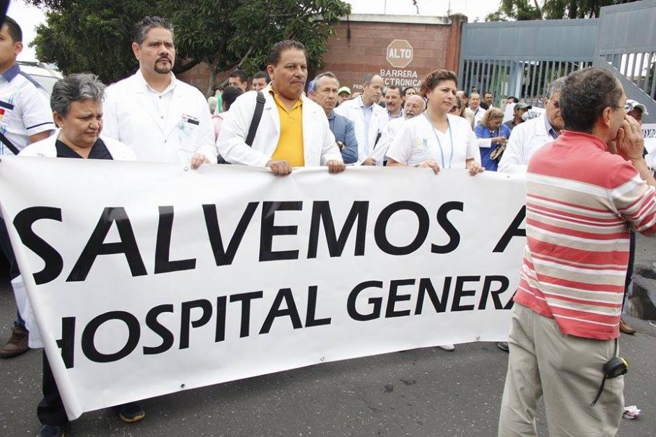 Un grupo de afectados por la crisis en salud del Hospital San Juan de Dios realizan una marcha hacia el Congreso de la República y Casa Presidencial. (Foto: Jorge Sente/Soy502)