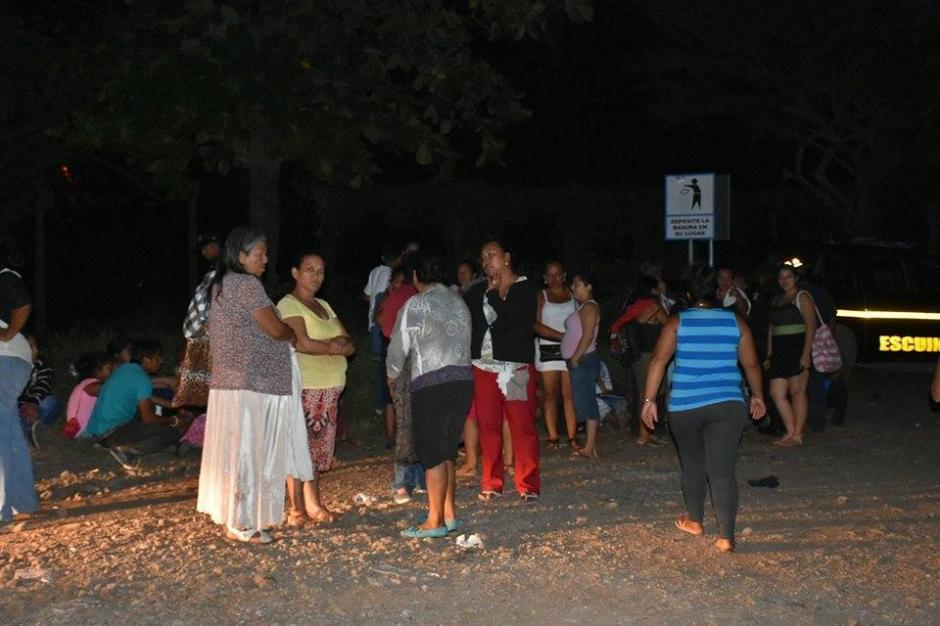 Familiares de los reos pasaron la noche en las afueras de la Granja Penal Canadá, esperando noticias. (Foto: Carlos Caljú/Nuestro Diario)