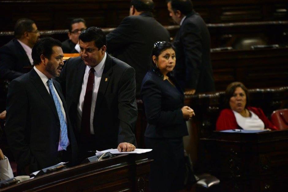 De izquierda a derecha, los diputados Gudy Rivera, Ernesto Galdámez y Delia Back. (Foto: Wilder López/Soy502)