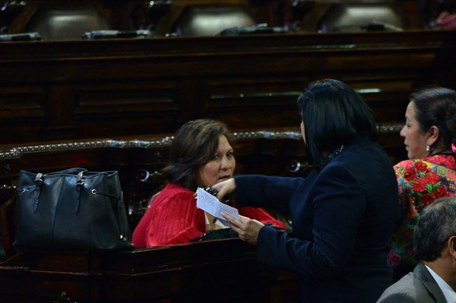 De frente, la diputada Mirza Arreaga, quien tampoco podrá asumir la curul ganada en las elecciones recién pasadas. (Foto: Wilder López/Soy502)