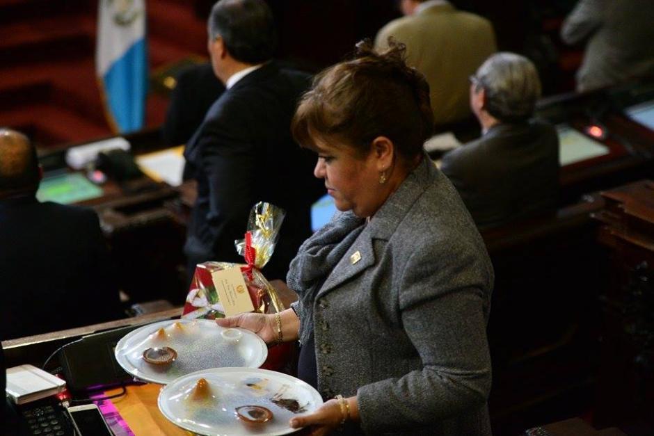 Diputados reciben un presente navideño enviado por la legisladora Delia Back. (Foto: Wilder López/Soy502)