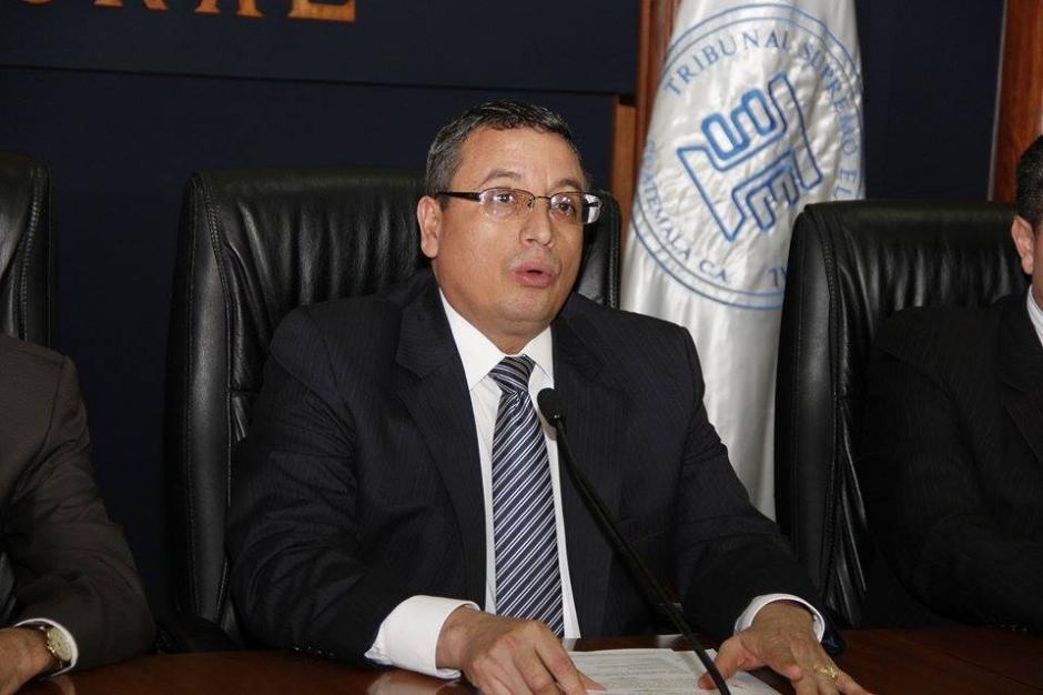 El Magistrado Presidente del TSE, Rudy Pineda junto al resto de magistrados ofrecieron una conferencia de prensa en la que dieron a conocer el listado de diputados que no podrán asumir sus cargos. (Foto: Jorge Sente/Soy502)