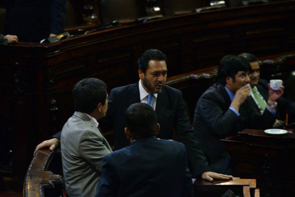 De frente, el diputado Gudy Rivera, quien no podrá asumir para un siguiente período en el Congreso por disposición del TSE. (Foto: Wilder López/Soy502)