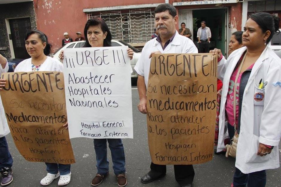 Médicos, enfermeras y personal hospitalario realizan una marcha por la crisis en salud que afecta al Hospital San Juan de Dios. (Foto: Jorge Sente/Soy502)