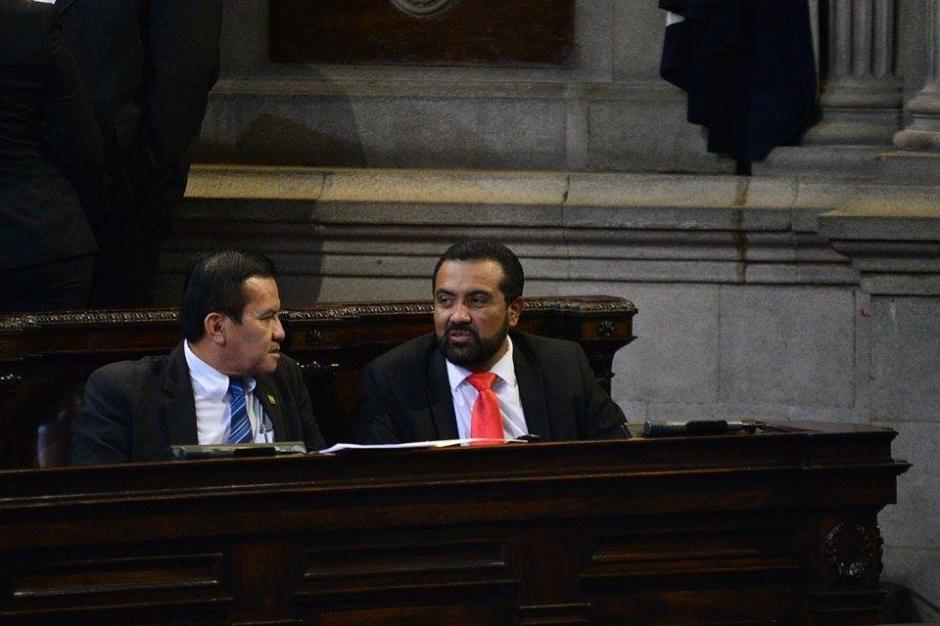 A la derecha, el diputado Mario Yanes, quien no podrá asumir su curul ganada en las elecciones recién pasadas por existir una investigación abierta en su contra por enriquecimiento ilícito. (Foto: Wilder López/Soy502)