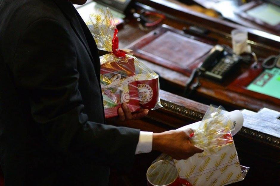 Los legisladores recibieron un regalo enviado por la diputada Delia Back; el presente contenía galletas y una taza. (Foto: Wilder López/ Soy502)