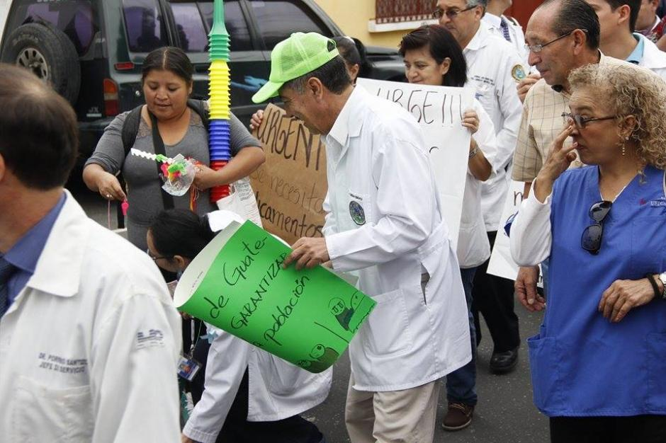 Un grupo de aproximadamente 150 personas participan en una marcha por la crisis de salud que afecta el país. (Foto: Jorge Sente/Soy502)