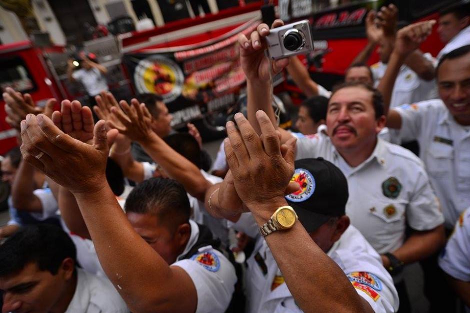 Los Bomberos Voluntarios celebran la aprobación de la Iniciativa de Ley que les permitirá un aumento en el presupuesto. (Foto: Wilder López/Soy502)