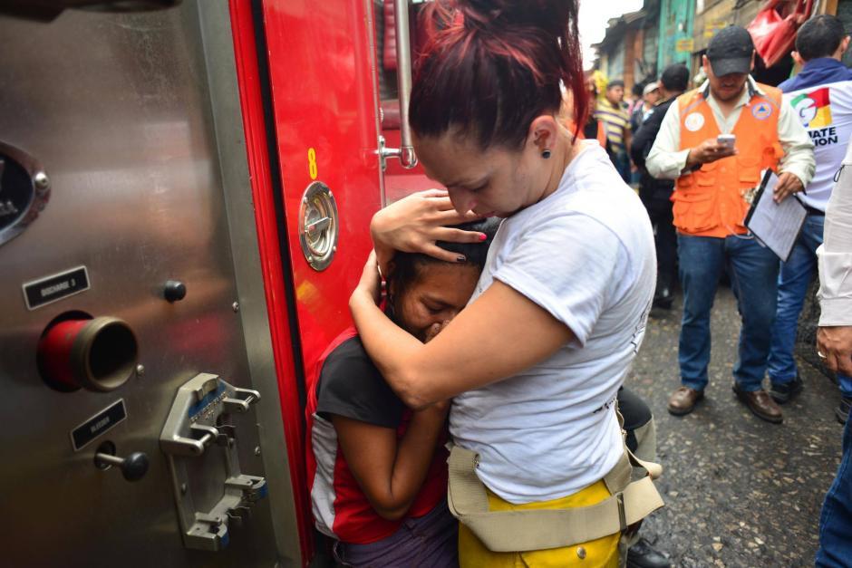 La bombera jamás se separó de la hermana de las fallecidas. (Foto: Jesús Alfonso/Soy502)