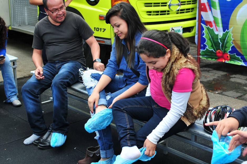 Para poder usar los patines, los visitantes deben usar protección por higiene. (Foto: Alejandro Balán/Soy502)