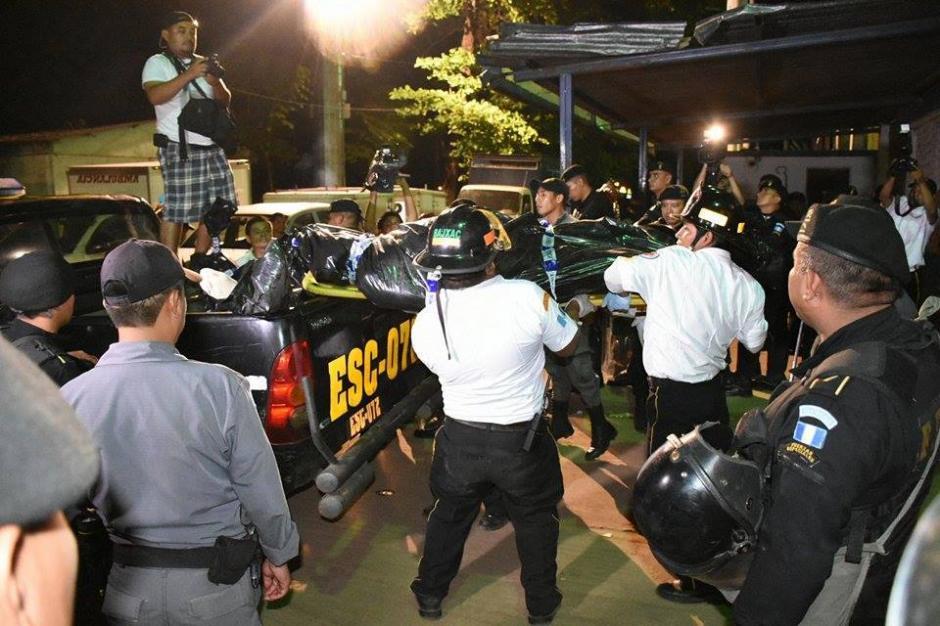 Bomberos retiran los cuerpos luego de que el Ministerio Público trabajara en el área. (Foto: Carlos Caljú/Nuestro Diario)