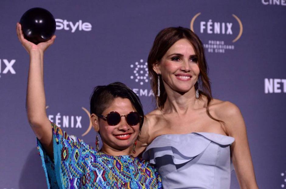 """Sofía Lantán, acompañada de la actriz española Goya Toledo, se llevó el Fénix por """"Mejor Vestuario"""" por su trabajo en la película guatemalteca Ixcanul. (Foto: Selene Mejía/Soy502)"""