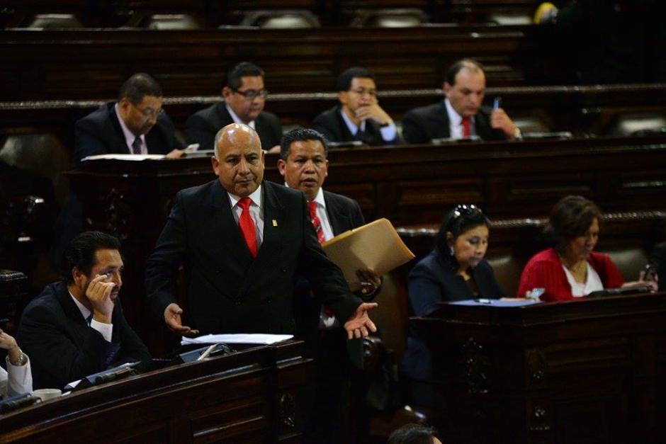 Al frente, el diputado Luis Chávez, quien también fue vedado de asumir para un siguiente período en el Congreso de la República. (Foto: Wilder López/Soy502)