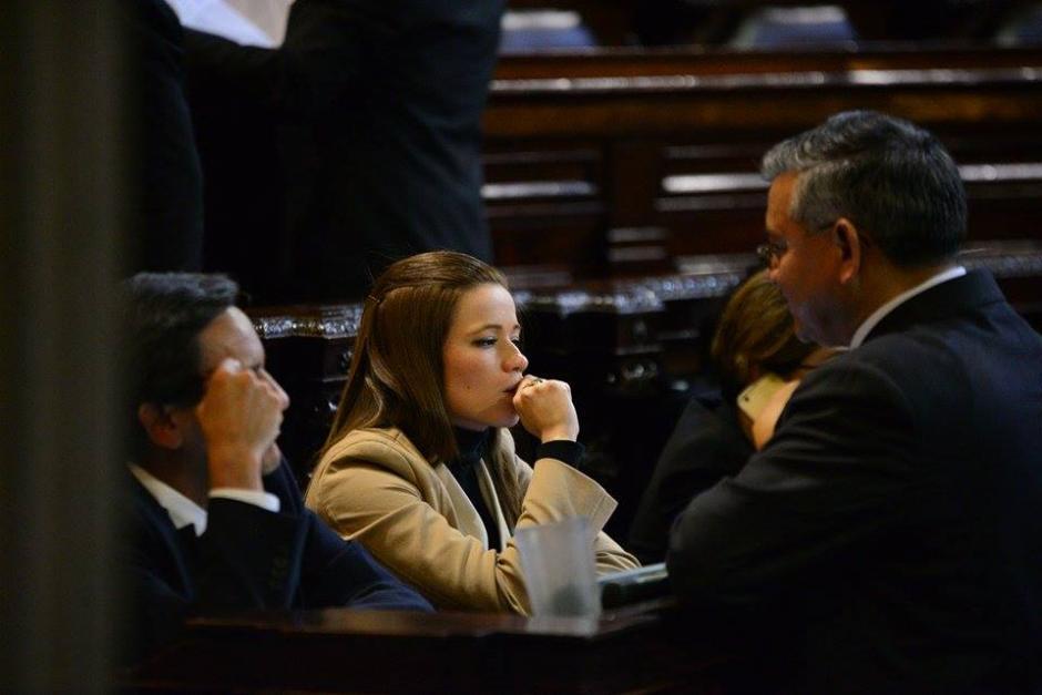 Al centro, la diputada del Partido Patriota (PP), Daniela Beltranena, quien es acusada de beneficiarse con plazas fantasma en la Dirección General de Aeronáutica Civil. (Foto: Wilder López/Soy502)