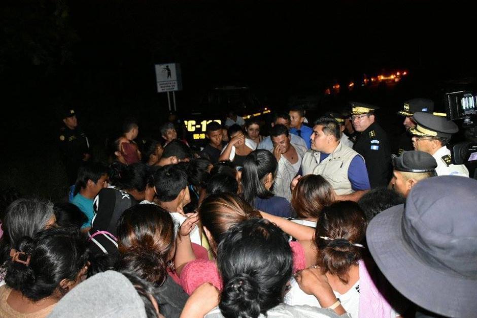 El viceministro de Gobernación, Elmer Sosa se hizo presente en el lugar. Se le observa dialogando con posibles familiares de los reos. (Foto: Carlos Caljú/Nuestro Diario)