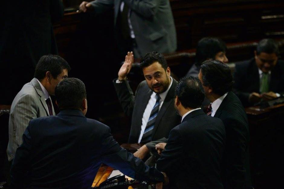 De frente, Luis José Fernández Chenal, junto a diputados del Partido Patriota (PP). (Foto: Wilder López/Soy502)