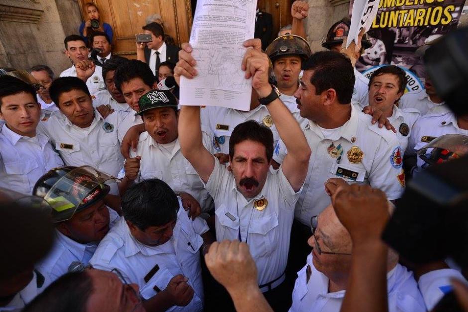 Bomberos Voluntarios celebran la aprobación de una Iniciativa de Ley que les permitirá el incremento en el presupuesto. (Foto: Wilder López/Soy502)