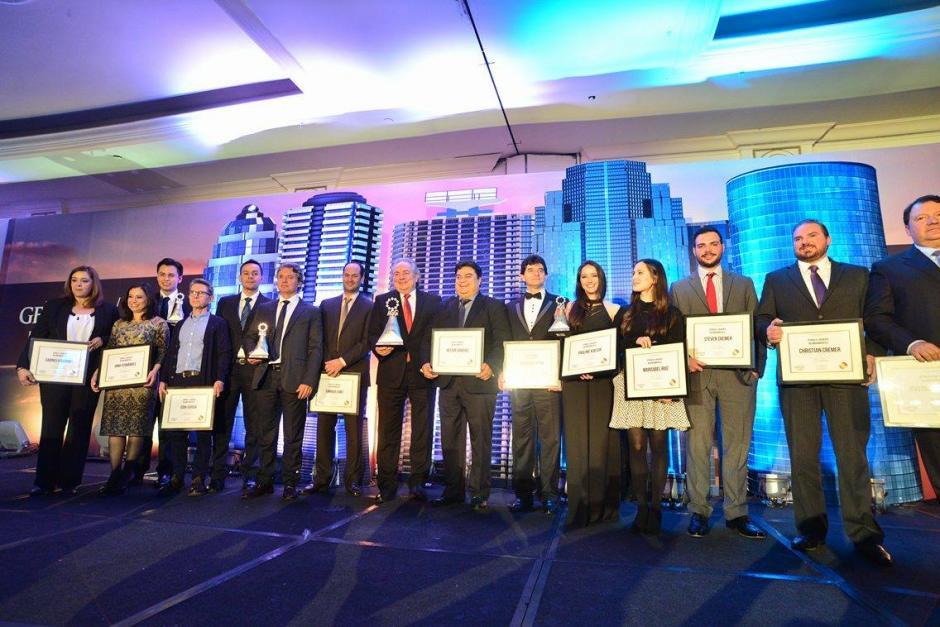 La noche terminó con la foto oficial de todos los nominados y galardonados por la Asociación de Gerentes de Guatemala.(Foto: Wilder López/Soy502)