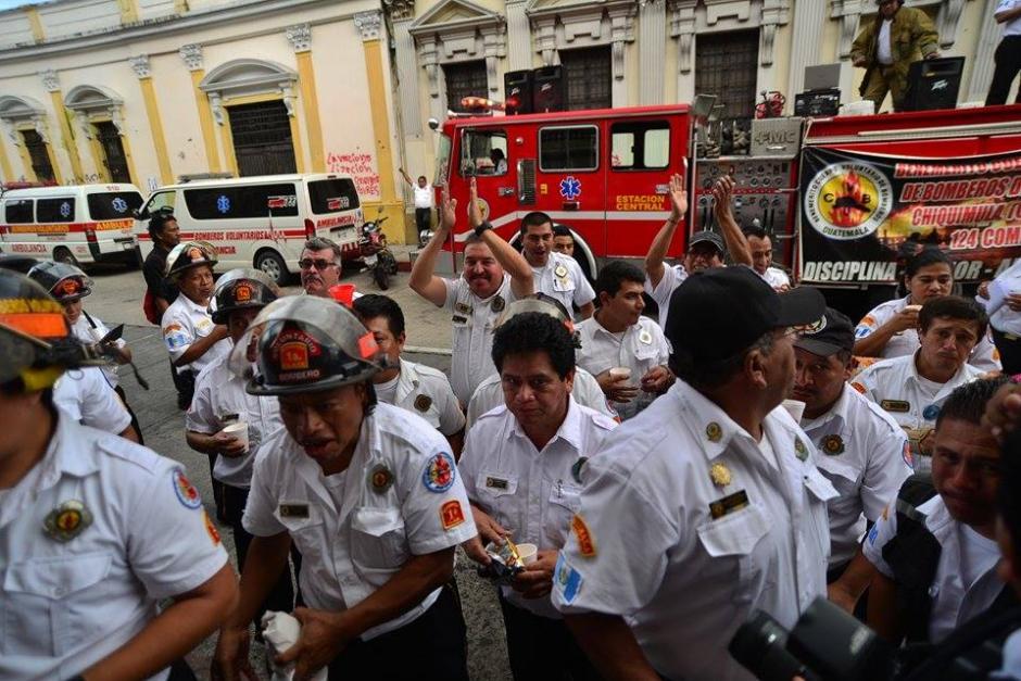 Desde temprano, los bomberos voluntarios permanecieron en las afueras del Congreso de la República. (Foto: Wilder López/Soy502)