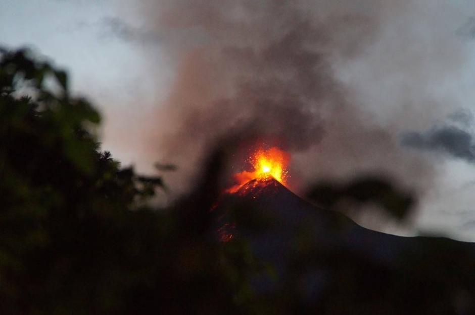 La impresionante fuerza de la naturaleza se refleja en estas fotos que retratan la erupción de lava que salía del cráter del volcán. (Foto: Cortesía María Eugenia Wannam)