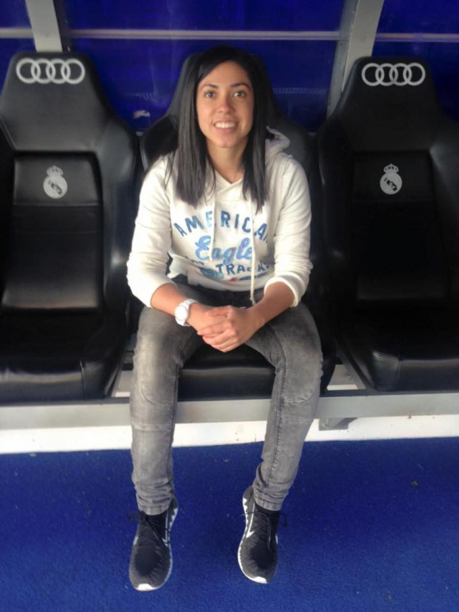 Ana Lucía Martínez, posa en la banca del estadio Santiago Bernabéu. (Foto: Ana Lucía Martínez)