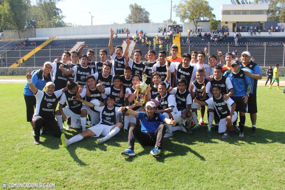 Rigoberto Gómez inició su carrera como técnico celebrando su primer título con la Sub 17 de los Cremas. En la final de la categoría vencieron a Petapa.(Foto: Facebook Comunicaciones FC.)