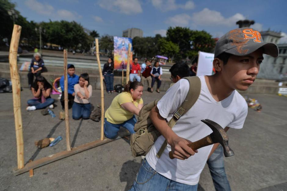 Los participantes dramatizaron la situación laboral de los migrantes. (Foto: Wilder López/Soy502)