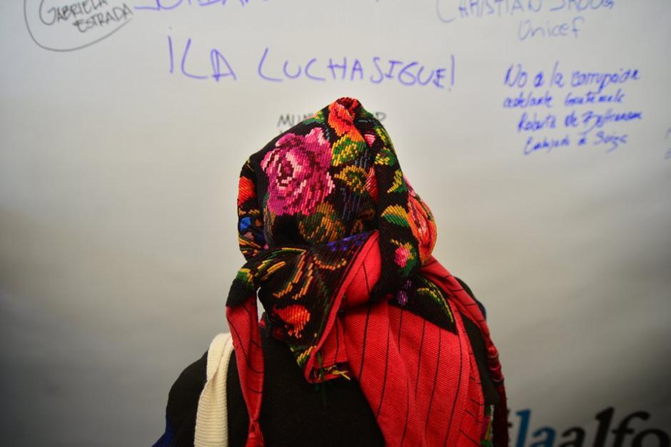 """La """"Alfombra Contra la Corrupción"""" fue firmada por los asistentes al evento organizado por la CICIG. (Foto: Wilder López/Soy502)"""