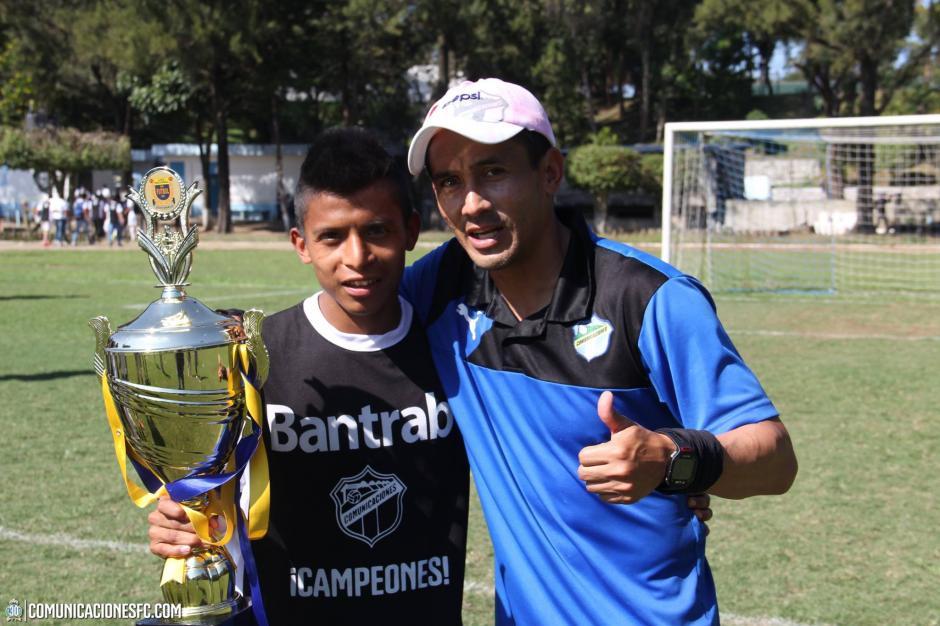"""El excapitán de Comunicaciones, Rigoberto """"La Chula"""" Gómez, ganó su primer título como técnico, en su primera temporada al mando de la Sub 17 de los Cremas. (Foto: Facebook Comunicaciones FC.)"""