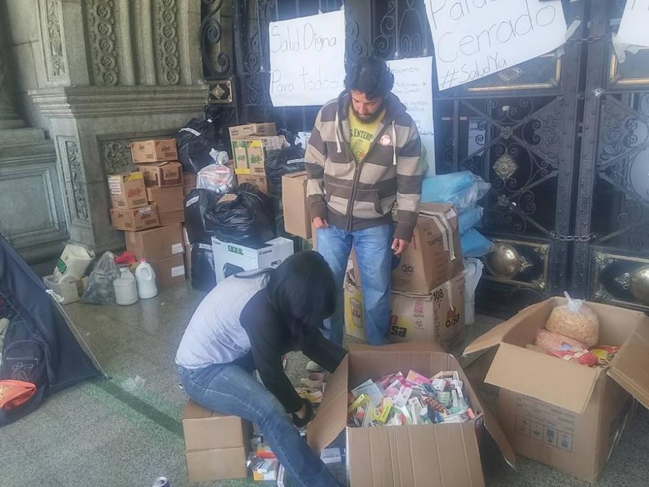 La donaciones fueron clasificadas por miembros de organizaciones ciudadanas. (Foto: Guatemala Basta Ya)