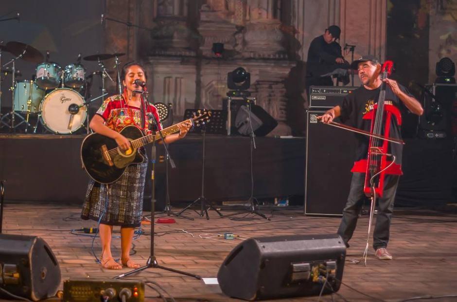 Sara ha sido invitada para cantar con artistas como Paulo Alvarado. (Foto: Facebook Sara Curruchich)