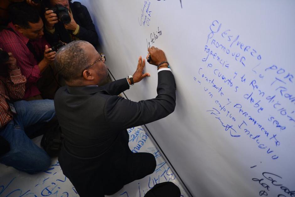 Todd Robinson, embajador de los Estados Unidos en Guatemala, plasmó una felicitación sobre el lienzo. (Foto: Wilder López/Soy502)