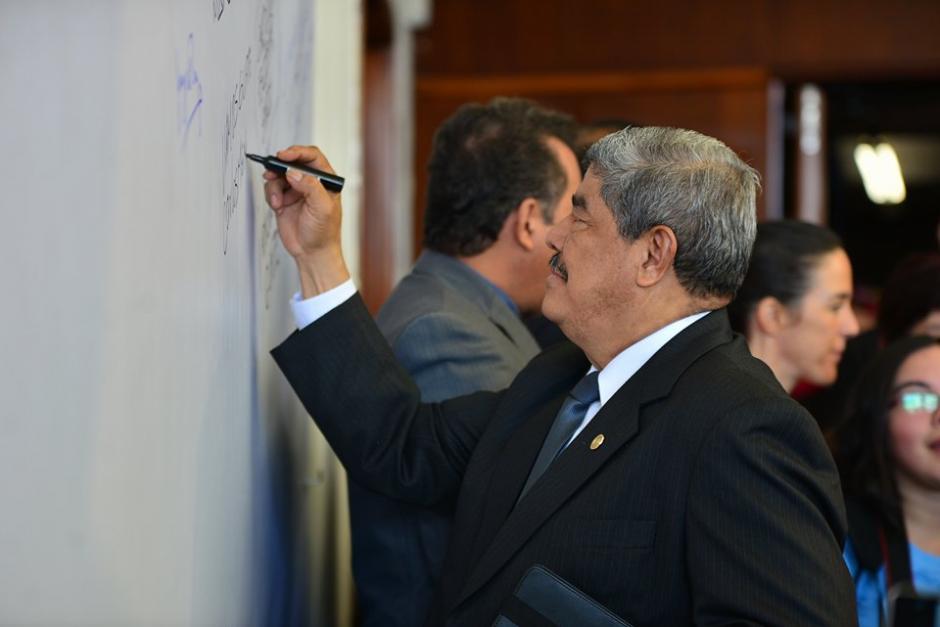 """El Contralor Carlos Mencos, firmando la """"Alfombra Contra la Corrupción"""". (Foto: Wilder López/Soy502)"""